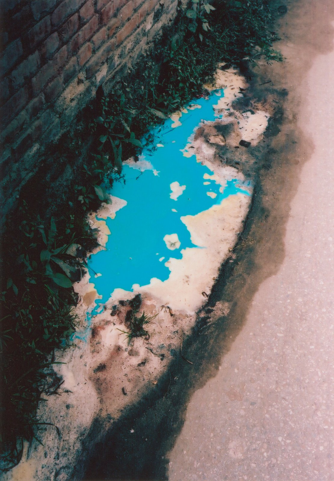 Blue puddle, 2009, Kathmandu (Nepal), from the series As Dust Alights  © Vincent Delbrouck, courtesy of STIEGLITZ19.