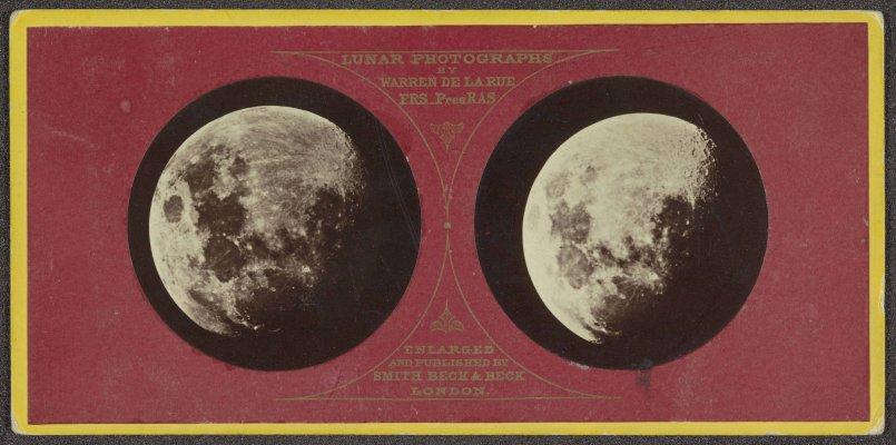 2 foto's van de maan in rood kartonnen frame met opschrift