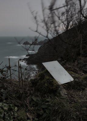 plaat op standaard aan een kust