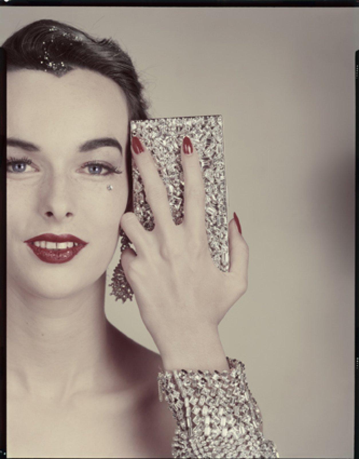 Minaudière Evans. Earrings Ledo. Bracelet Henri Bendel (model : Victoria von Hagen). > Variant of the photograph published in the article